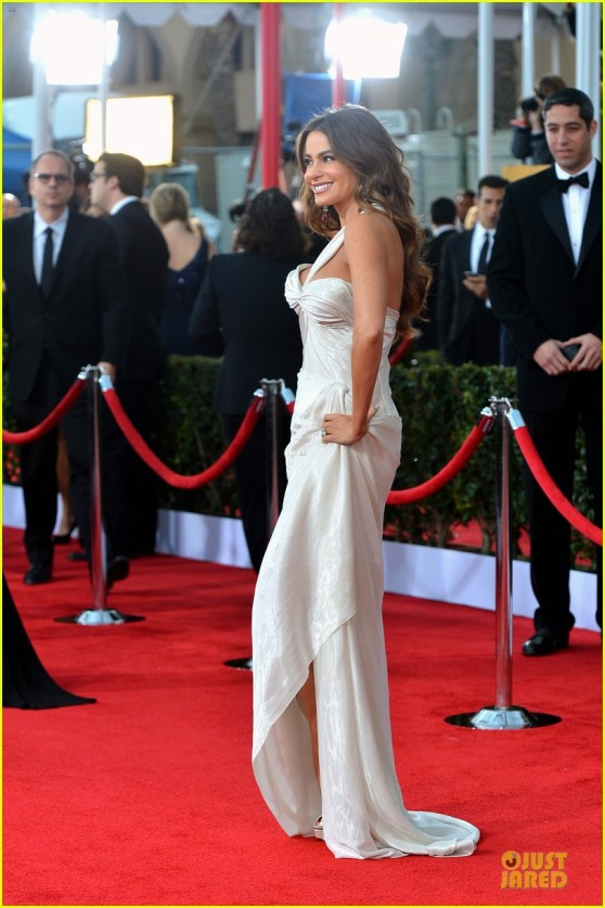 sofia-vergara-nick-loeb-sag-awards-2013-red-carpet-01