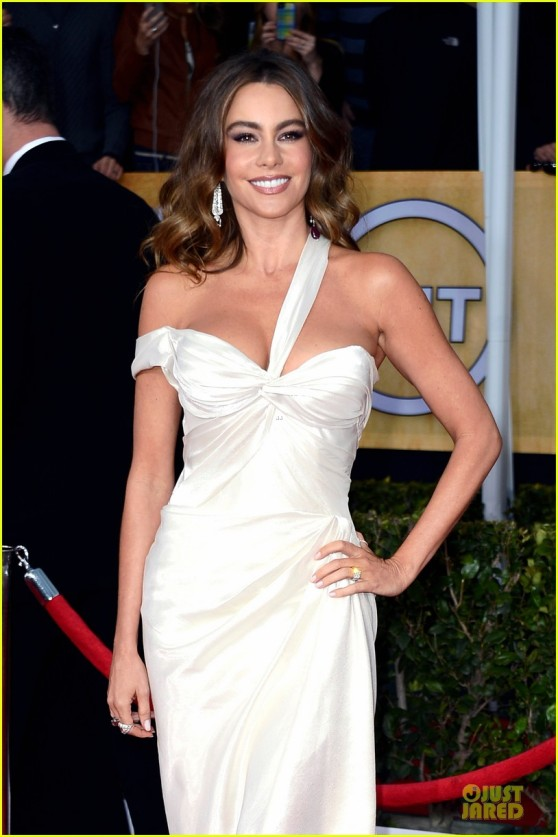 sofia-vergara-nick-loeb-sag-awards-2013-red-carpet-06