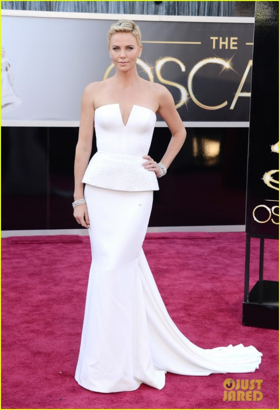 charlize-theron-oscars-2013-red-carpet-03
